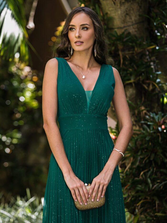 Vestido de verde esmeralda, faixa e saia fluida