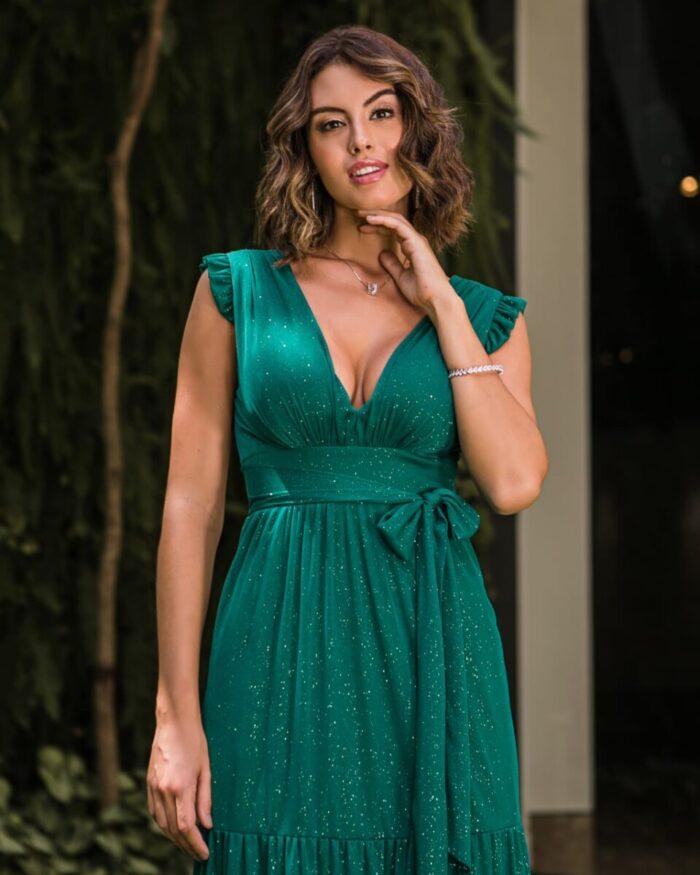 Vestido de verde esmeralda, faixa e saia fluida com fenda